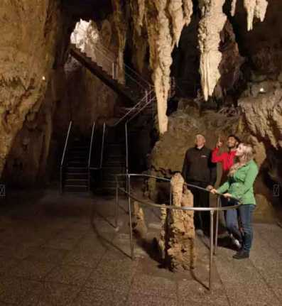 Stalactites-&-Stalagmites-at-Waitamo-Caves-NZ
